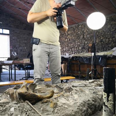 La documentazione fotografica rappresenta un passaggio obbligato per lo studio paleontologico. La strumentazione utilizzata è professionale e comprende reflex full frame e obiettivi macro per una resa di grande dettaglio.
